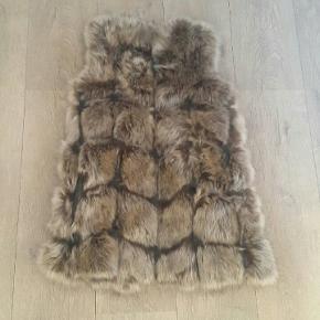 S/M Faux fur pels vest.  Aldrig brugt.  Køber betaler porto.
