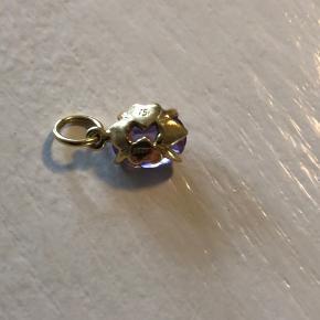18 karat guld med ametyst , butikspriser for tilsvarende vedhæng er 2200 kr. Vedhæng kommer ikke helt til sin ret på billedet , flot klart glinsende , mål 0,8 cm sten .