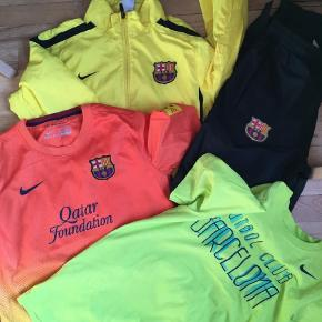 Brand: Nike, Barcelona Varetype: Træningsdragt Farve: Gul Prisen angivet er inklusiv forsendelse.  vasket, aldrig brugt