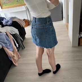 Sælger denne fede nederdel fra levi's, str. S/M.  Mp: 200 kr   skriv endelig for flere billeder eller for mere info🥰