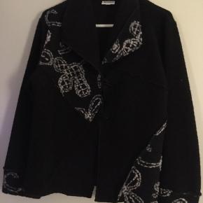Fin jakke fra Jorli Brugt få gange aldrig renset/vasket  Sort men fint mønster.  Lækker og lun