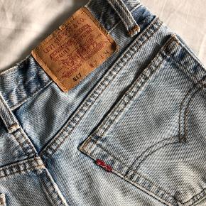 Levi's denim shorts klippet fra 517 model, passer bedst str. 36/S selvom på mærket der står 28.  Helt klassisk blå farve og blødt i stoffet.  Jeg er mega ked af det, at jeg kan ikke passe dem længere!