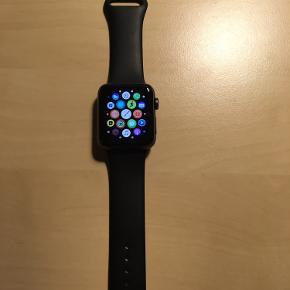 Apple Watch Series 2 54 mm Oplader medfører  Der er nogle få små ridser, ellers fejler uret intet Tag denne lækre accessory til 1300,- DKK Prisen kan godt forhandles, så byd gerne ;)