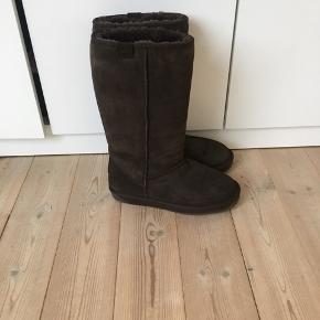 Lækre støvler i australsk sheepskin fra EMU Australia. Modellen hedder Stinger Hi.