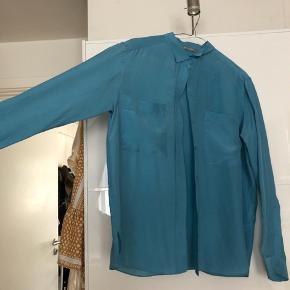 Flot skjorte med store brystlommer i 100% silke. Skjorten er kun brugt en få gange og er derfor som ny. Det er en oversize skjorte.   Np 1400kr   Mp 350kr ekskl porto