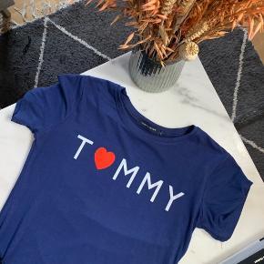 Fin Tommy Hilfiger t shirt - købt inde på Trendsales for nogle måneder tilbage, men jeg kommer ikke i den ✨  Str. L - dog lille i størrelsen 🌸