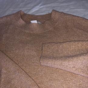 H&m strik trøje. Farven er nude / guld / champagne med glimmer Lidt svært at fange den rigtige farve helt på billede