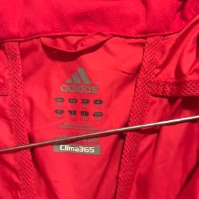 Fed rød jakke, perfekt til løb. Ærmerne kan lynes af så det bliver til en løbevest. Brugt få gange men er blevet for lille. Uden for.