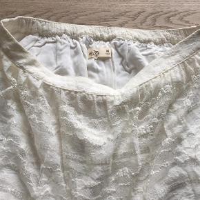 Varetype: Hvid Nederdel Størrelse: M Farve: Hvid Oprindelig købspris: 399 kr.  Fin hvid blonde nederdel fra Hollister ned fine deltaljer. Den er str M svarende til 13-16 år. Den har underskørt.  Den er brugt meget lidt og fresmtår i fin stand. Min mindtsepris er 70 kr pp og bytter ikke.