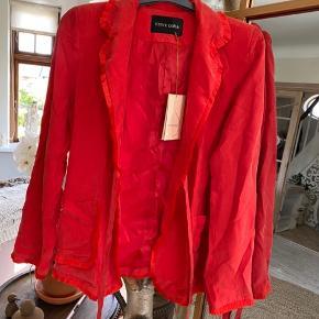 Fin blazer jakke i smuk farve - Med tag 2200,-   Min veninde er rendt med noget af mit one size tøj og jeg står så nu med denne smukke kjole i str. s, som jeg ik kan passe.   Tænker du må ligge et bud  Jeg er klar, da jeg jo ik kan passe den.  60 % cupro 40 % viscose