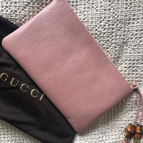 Helt ny rosa gucci clutch, mega smuk men ikke helt min farve alligevel derfor aldri brugt.   Kommer med dustbag, aut. kort.   NP var ca 6200,-