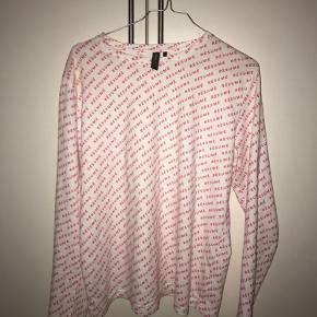 Resume bluse med logoprint i pink. Brugt meget få gange.  (Dyre- og røgfrit hjem)