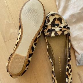 Flats fra Stylesnob i str. 39. Leopard mønster. Aldrig brugt.    Køber er velkommen til at bede om flere billeder, mødes og handle og prøve skoene først, men handles der gennem Trendsales er varen købt som beset i annoncen og tages ikke retur. Dette er udelukkede for at undgå at sende pakker frem og tilbage.
