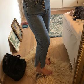 Mom jeans fra Samsøe & Samsøe i størrelse 27/30. Brugt en del men ikke store tegn på slid.