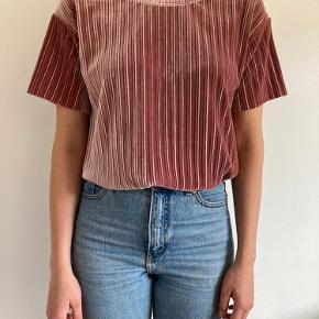 T-shirt i velour, har et flot fald.   Model bruger normalt str S - så kan bruges af forskellige størrelser afhængig af ønsket look.