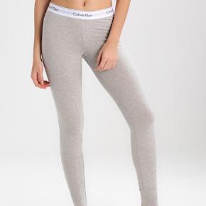 Calvin Klein leggings i str m. De kan både passes af en str. M, L og Xl, da der er meget stretch i. Kender ikke nyprisen, da det var en julegave