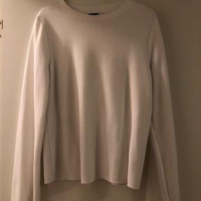 Sælger denne søde bluse i hvid og grå. Den er i en slags strikket stof og har vidde ærmer.