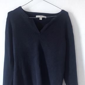 Tommy bluse sælges billigt. Rigtig lækkert materiale. Kan bruges som oversize