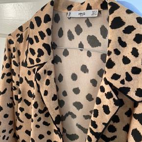 Sælger min skjorte fra mango med leopard print. Kan passes af xs/s (nok også en m)