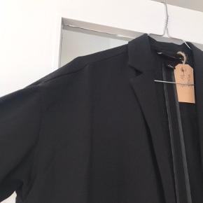 Tynd overgangfrakke/lang blazer fra Monki. Brugt men stadig i god stand. Den ene knap sidder lidt løst (se billede)