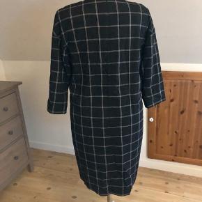 Flot kjole fra Inwear med sidelommer, underskirt samt lynlås i ryggen str 44 sælges Aldrig brugt Pris idé 200kr