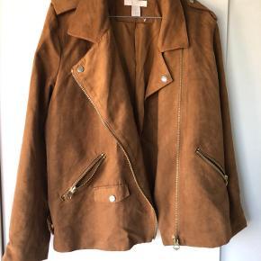 "Ruskindslignende jakke med ""guld"" detaljer. Fremstår som ny. Størrelsessvarende."