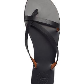 Flotte og stilrene sandaler fra ATP. Nyprisen er 1300kr, og standen er rigtig fin. De er gået med maks 10 gange, og der er derfor de almindelige brugstegn ✨