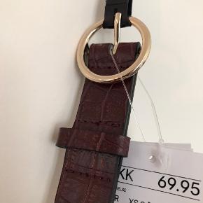 Rødbrunt bælte i imiteret croc. Aldrig brugt. Kan afhentes på Frederiksberg eller sendes med DAO 🦋
