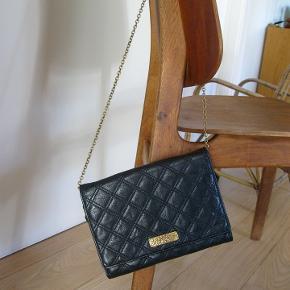 Sælger for veninde denne smukke skind taske, med smart kæde rem. (den er brugt x1 til en fest, min veninde ønsker at sælge, da den var en gave fra hendes x-mand) Sælges derfor yderst billigt  2200pp + TS gebyr kan ses i Næstved, eller Hellerup. sender gerne forsikret med DAO