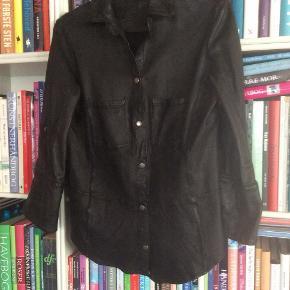 MDK Kirsty Shirt, 100 % lammeskind. Aldrig brugt. Med trykknaplukning og 3/4 ærme.