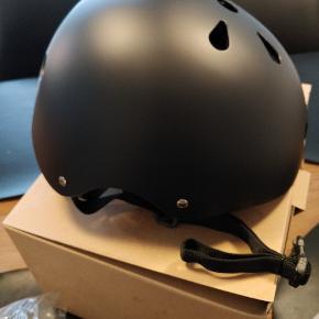 Cykelhjelm str. 48-54cm i matsort. Er godkendt til brug med cykel, løbehjul, skateboard og rulleskøjter. Kommer med kasse og manual.