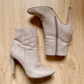 Rigtig flotte Bianco ankelstøvler, meget let slid under sålerne, og lille gennemslidning højre skos snude