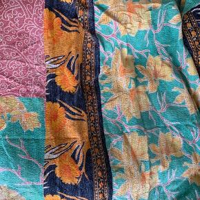 Smukt plaid syet af indiske tæpper med lidt retro look.    Størrelse: ca. 200*140  Ny pris 699kr.   Køber betaler fragt eller det kan afhentes på Frederiksberg