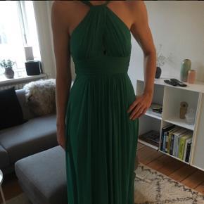 Super smuk lang kjole i grøn. Den er brugt en enkel gang, derfor i perfekt stand!   Flot snit og lækkert stof    Mærke: Fashion New York   200kr ellers kom med et bud 😊