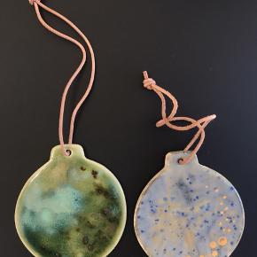 Fine stentøj/keramik ornamenter med læderrem lavet af Mettemarie Bang.  Fine som julepynt, juletræspynt eller bare dekoration i hjemmet.