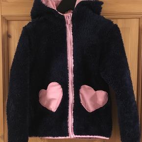 Varetype: Teddybear trøje / jakke Farve: Blå  Lækker blød vamset teddybear trøje med lynlås og hætte. Str. 110-116.   Kan sendes med DAO for 37 kr, men du er også velkommen til at hente selv😊