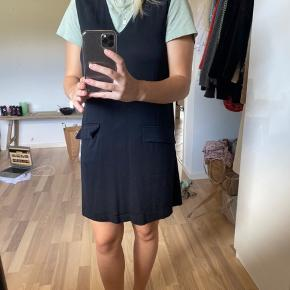 Sort ganni kjole. Pæn med en tshirt inden under.