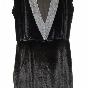 Flot kjole fra Bella Moda, ny og med tag. Str 8 hvilket svarer til str 36. Kan passe både str S og M da der er stræk i stoffet.