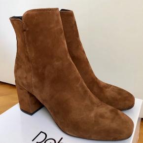 De lækreste ruskinds støvler fra Italienske Debutto med indvendig lynlås.  Kort støvlet med god behagelig hæl. Normal pris 999,-  Farve : camel