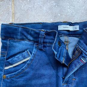 Bukser i pæn wash og detaljer på lommerne.