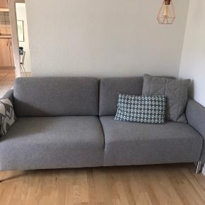 3-personers sofa fra IDEmøbler/ilva. Mål: L 197 x H 79 x B/D 85 Har stået tre år i ikke-ryger hjem uden kæledyr. Ny pris var 6000kr