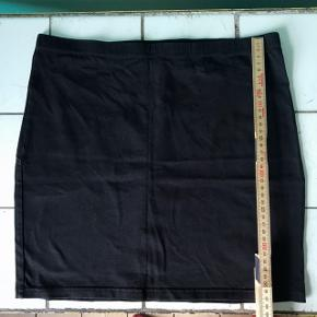 Sælger denne nederdel fra H&M i en str. 38.  Den er brugt, men fejler intet.  Sælges for 25,-
