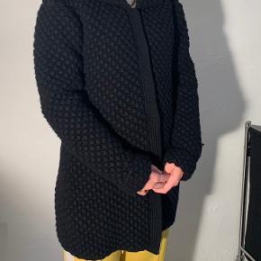 Lækker Day jakke/trøje i str. L  Har lommer og krave  Jakken har ingen tydelige slid tegn.   80% uld og 20% neylon samt for 100% polyester