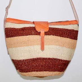 Smukke, håndlavede sisaltasker med detaljer i ægte læder fra Kenya. Læderrem kan justeres til den ønskede længde. Åbningen på tasken er ca. 35 cm. Den er foret indvendigt.   * Kan efter aftale afhentes i Brønshøj eller i Tølløse * Kan sendes, køber betaler porto