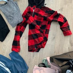 Sælger en pose med massere forskelligt tøj i.  Størrelser fra xs-m.  Noget nyt, andet brugt få gange og noget brugt mere.  Bukser, jakke, kjole, sko, bluser med videre.   Køb hele posen for 500,-