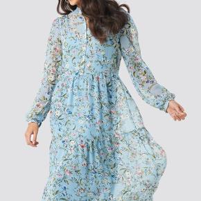 Na-kd Flower Print Tiered Midi Dress i lyseblå Kun prøvet på, aldrig brugt Tilhørende underkjole (se billede 3)