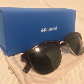 Polaroid PLD 1012 / S PR6 H8   Helt nye og næsten ubrugte solbriller, kun haft på 2 gange i sommerferien.   Købt i Kaunas lufthavn til 415kr (Bestseller)  Kvittering haves desværre ikke   Sælges da jeg har et par i forvejen  Sender med DAO eller mødes i hovedstadsområdet :-)  - Solbriller, case og beskyttelseslomme medfølger