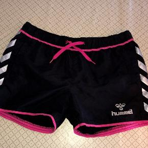 Hummel sorte shorts m pink str 14 år Sendes for 37 kr