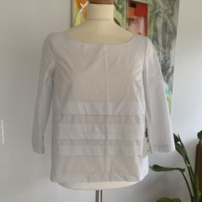 Super fin COS bluse i 100% bomuld str. 36. Ser ud som ny og uden guldninger eller pletter. Fra ikke ryger hjem.