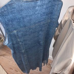 """Sælger denne """"cowboy"""" kjole. Perfekt til dig der vil have det lidt street !!! 💙 jeg plejer at putte en blazer udover, virkelig smart"""